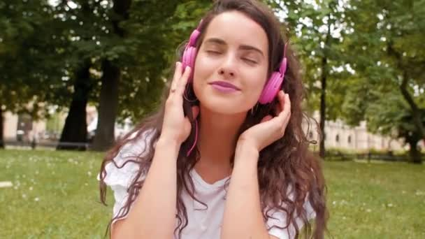 Fiatal nő zenehallgatás fejhallgató