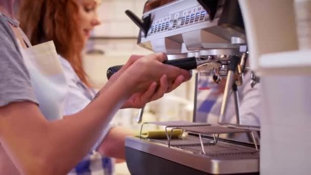 Barista Příprava kávy v kavárně