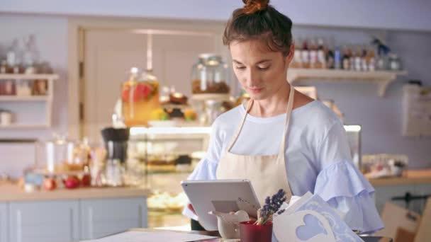 Cafe majitel pomocí tablet v kavárně