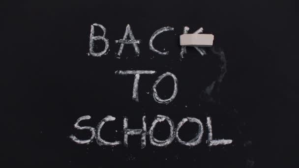 Vissza az iskolába a táblára írott szöveg