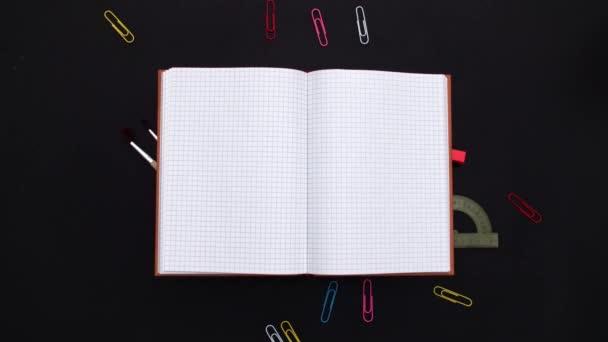 Školní pomůcky a otevřít poznámkový blok na tabuli