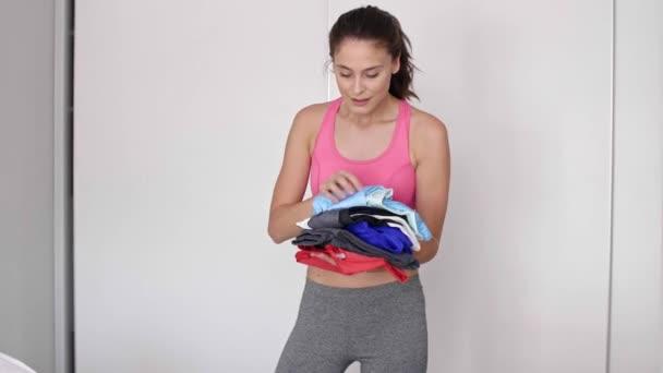 Žena připravuje tělocvična pytel doma