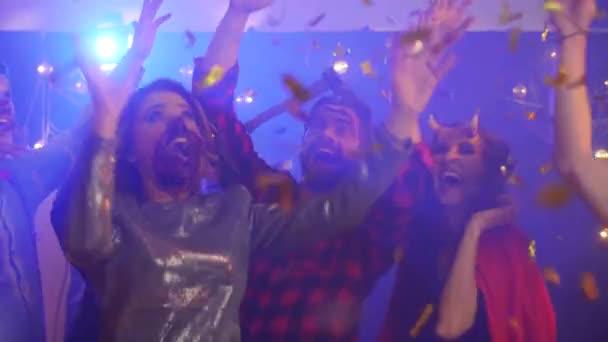 Meg a jelmezek között konfetti a halloween partin tánc