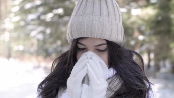 nemocná žena fouká nos