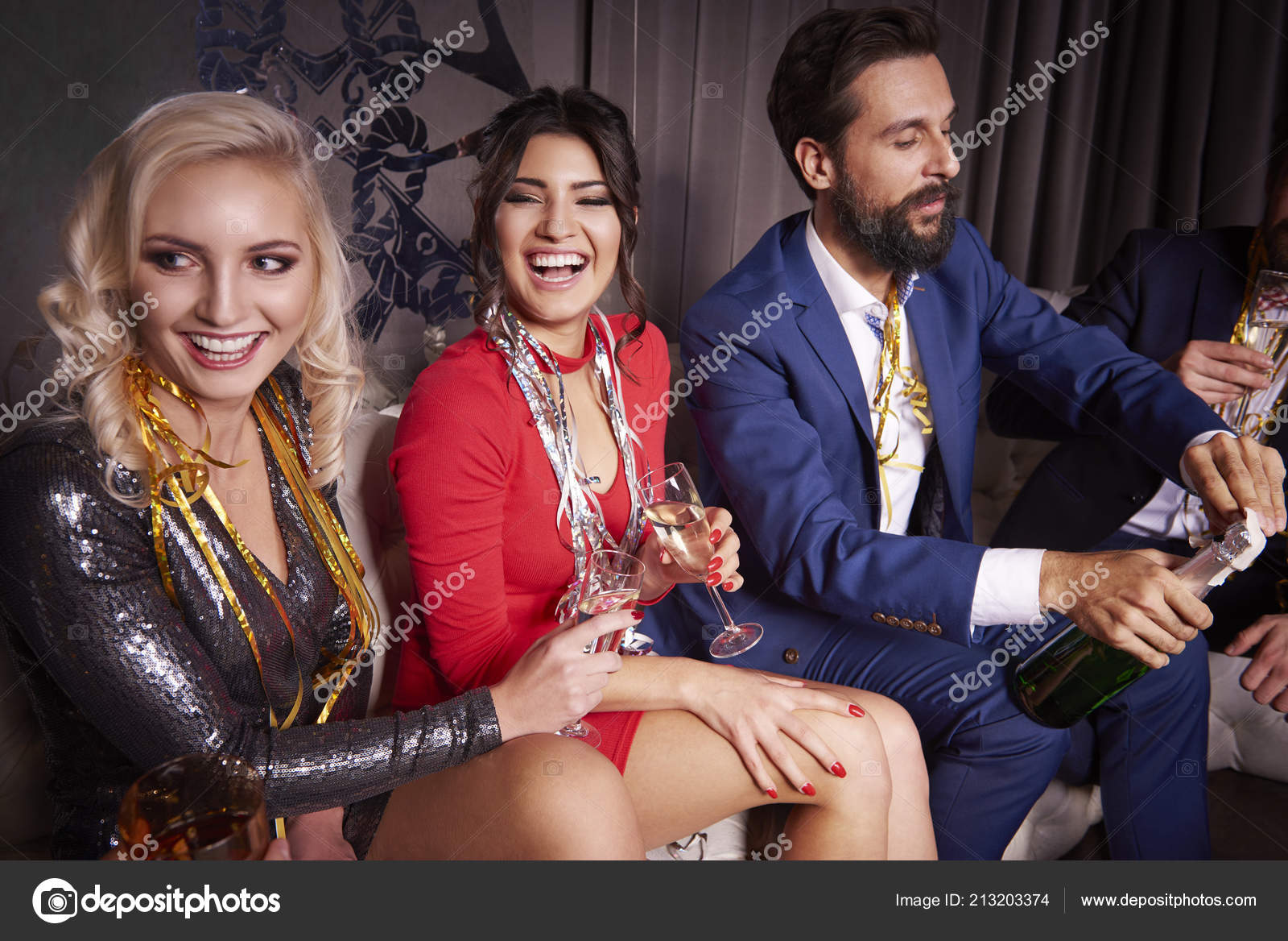 Cheerful Friends New Year Party — Stock Fotografie © gpointstudio ...