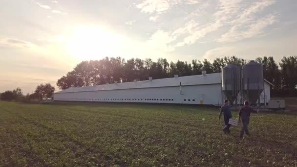 A légi felvétel a gazdálkodók a mezőn séta