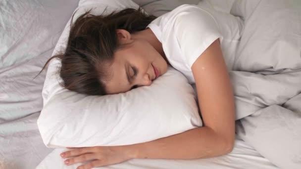 Žena spí v pohodlné posteli