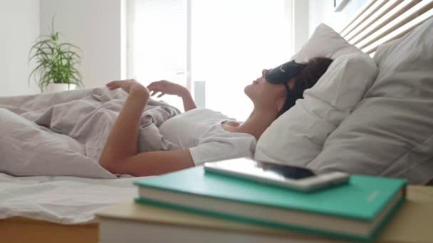 Nyújtás az ágyban után wake up nő