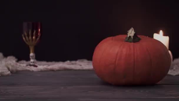 Halloween tök ijesztő arccal és égő gyertyák