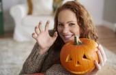 Portrét ženy držící halloween dýně