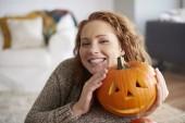Usmívající se žena všeobjímající halloween dýně
