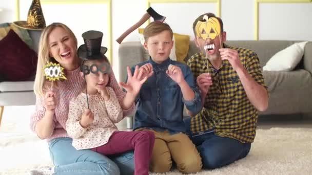 Portrét šťastné rodiny tráví Halloween společně doma