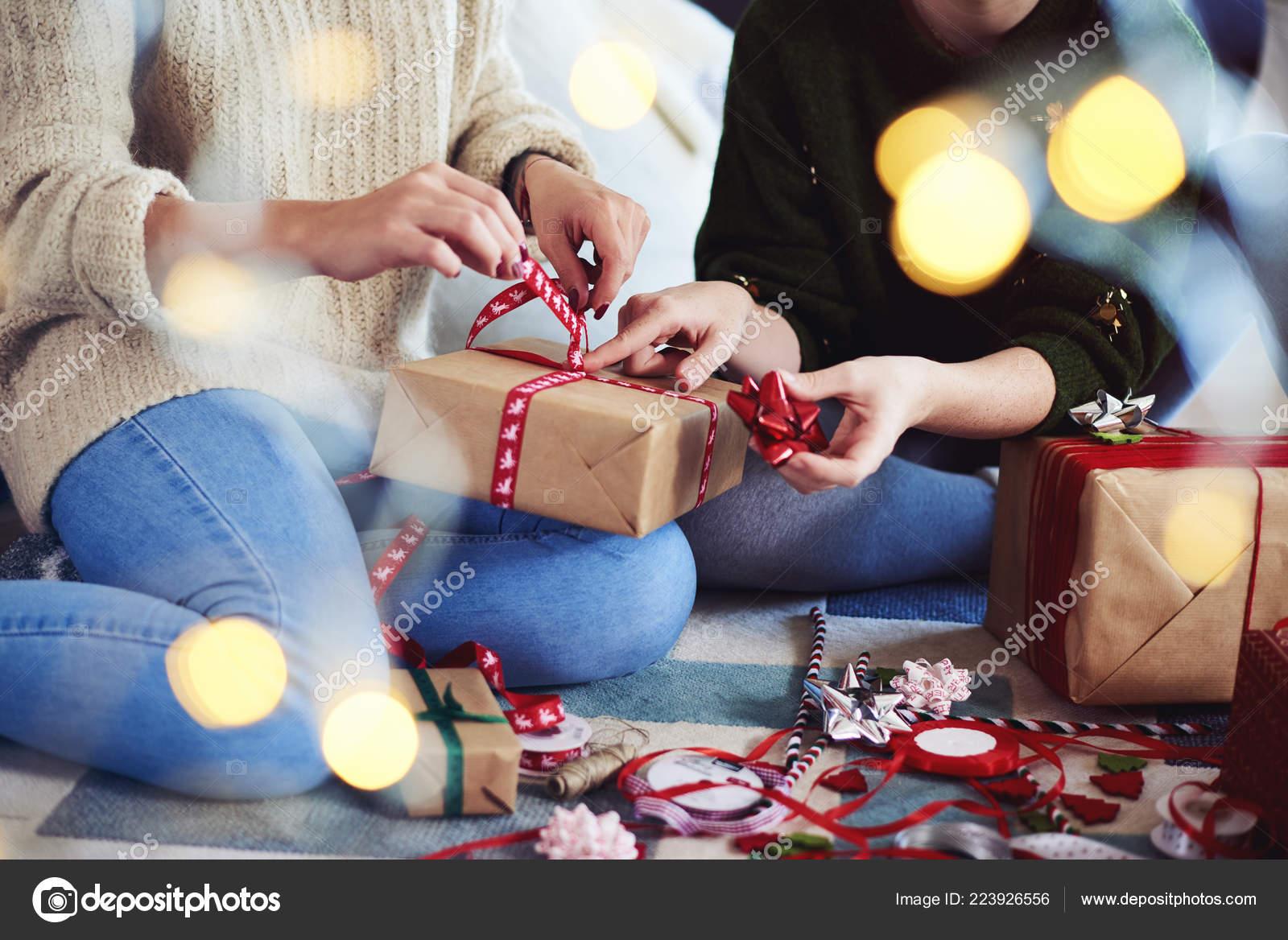 Zwei Freunde Vorbereitung Weihnachtsgeschenke Weihnachten ...