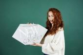 Hravá žena držící nápis nová kolekce