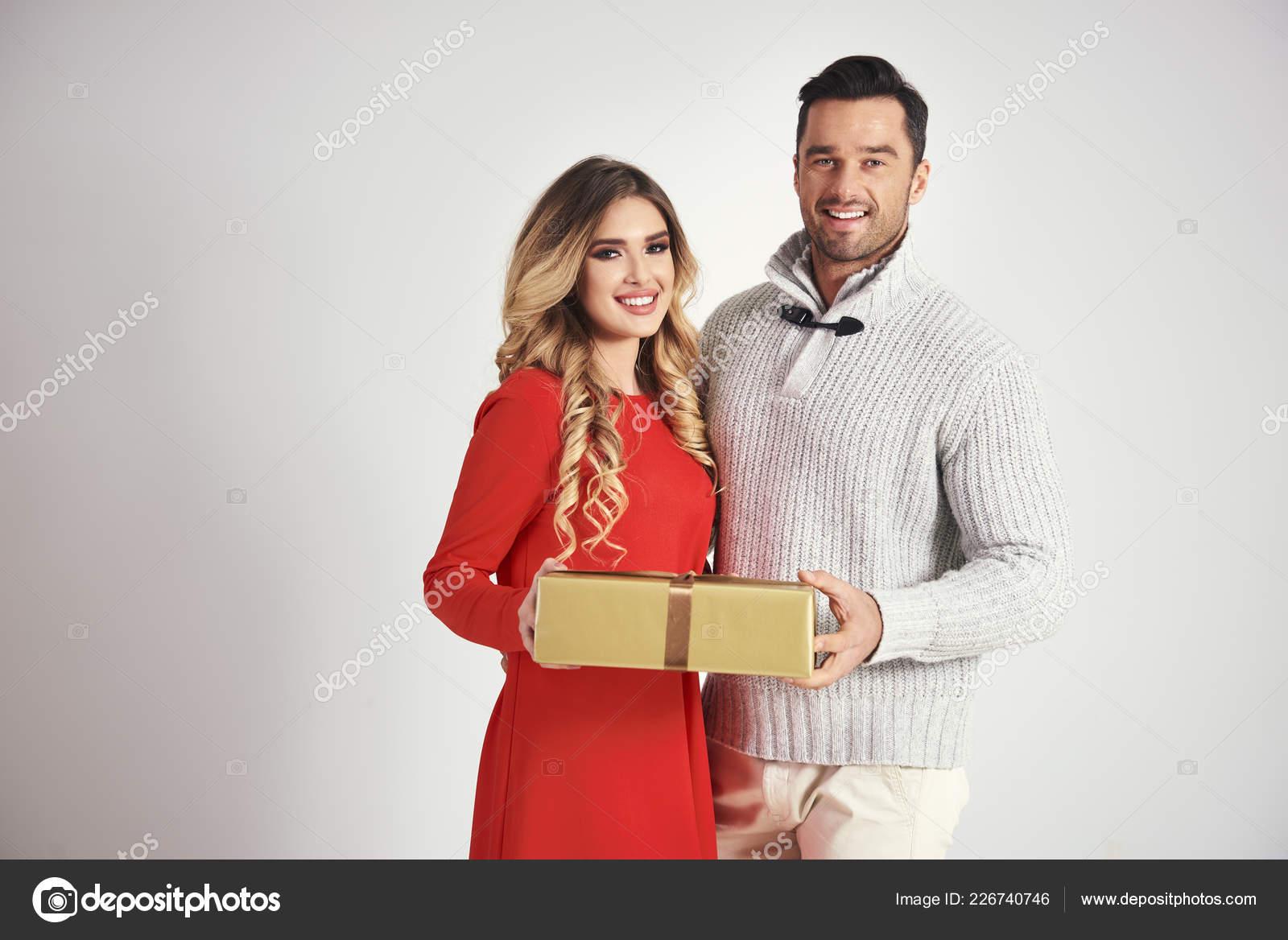 Geben Ein Weihnachtsgeschenk Für Frau Mann — Stockfoto ...