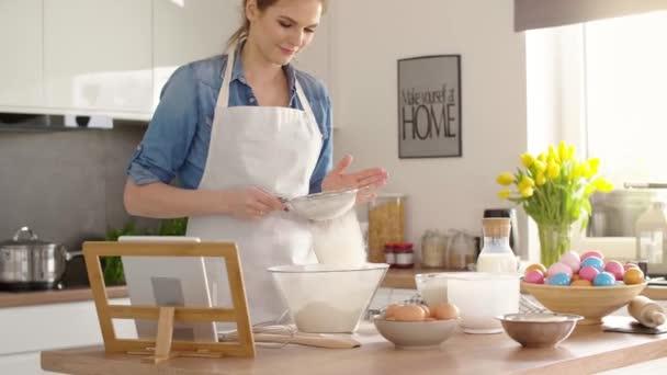junge Frau backt Kuchen für Ostern