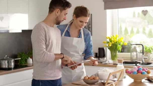 glückliches Paar bereitet eine Torte für Ostern vor