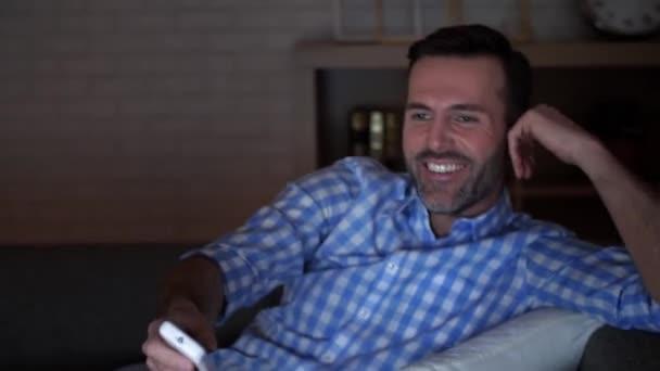 Érett férfi néz tv, munka után