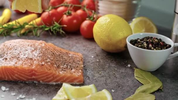 trancio di salmone crudo con limone