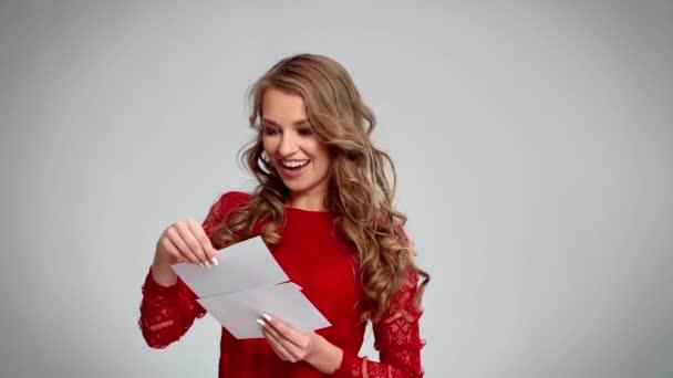 Vzrušená dívka ukazuje dárkového poukazu