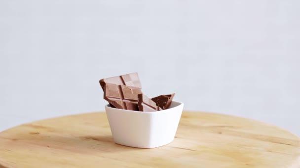Kousek hořké čokolády