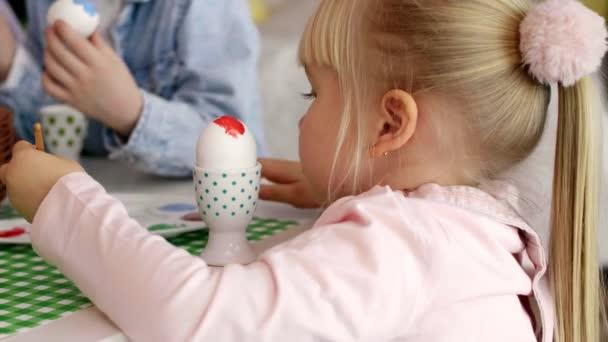 Közelkép a lány festés húsvéti tojás