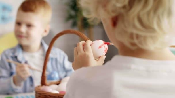 Közelkép a fiú festés húsvéti tojás