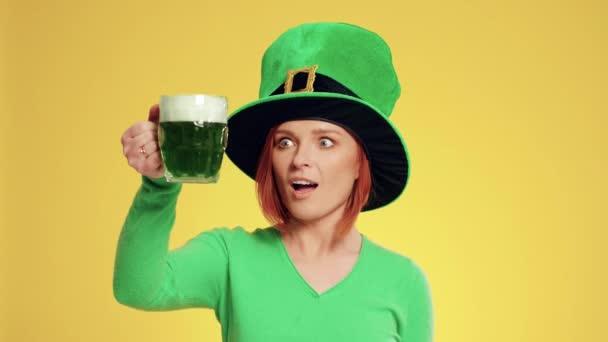 Žena s kloboukem a pivo slaví den svatého Patricka skřítek