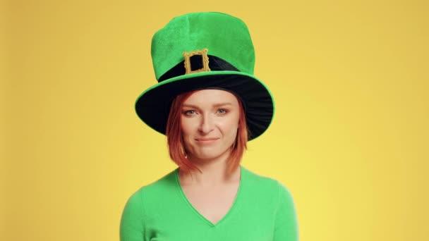 Žena s kloboukem a pivovarských přípitek skřítek