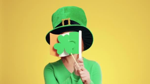 Žena s SKŘÍTKOVÁ čepice, irské příznaky a jetel tvaru nápisu