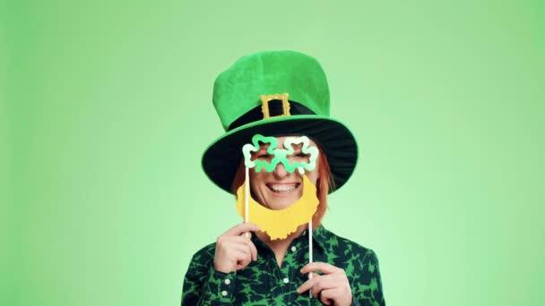 Hravá žena v leprechaun kostým