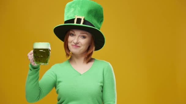 Mladá žena s kloboukem skřítek pití piva v studio shot