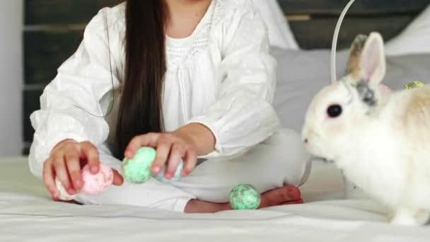 Kind spielt mit Ostereiern