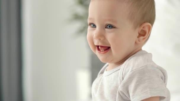 Dítě s velkým úsměvem na tváři