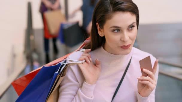 Žena s kreditní kartou a nákupní tašky při velkém nakupování