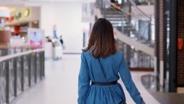 Turning nő a bevásárló táskák bevásárlóközpontban