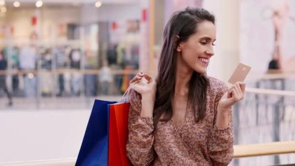 Frau bezahlt mit Kreditkarte für Einkäufe