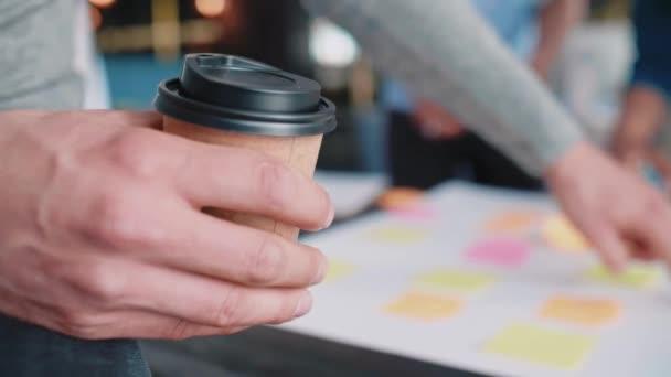 Kreativní obchodní lidé, plánování s lepící poznámkou