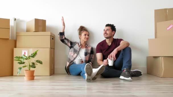 Mladí manželé si přestávku při stěhování domu