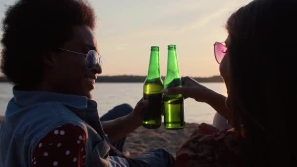 Romantikus perceket a strandtól barátnőjével