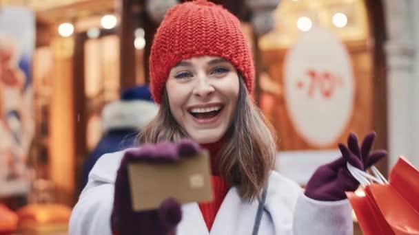 Ženská ruka dává kreditní kartu s kopírovacím prostorem