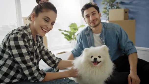 Videó portré egy párról a kutyájukkal. Lövés RED hélium kamerával 8K-ban