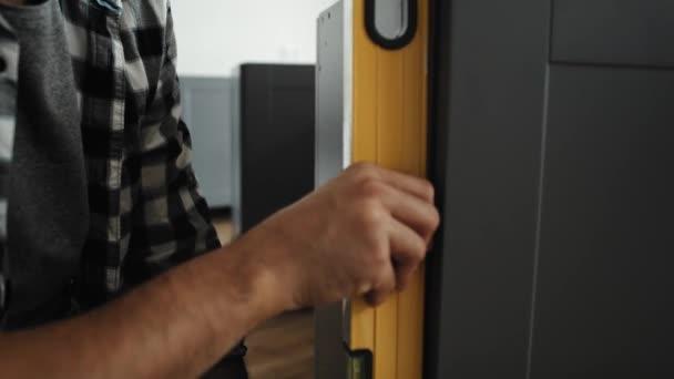 Zavřít video muže pomocí úrovně ducha. Snímek s RED heliovou kamerou v 8K