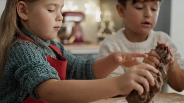 Video von Kindern, die Plätzchen mit Lebkuchengebäck zubereiten. Aufnahme mit roter Heliumkamera in 8K.