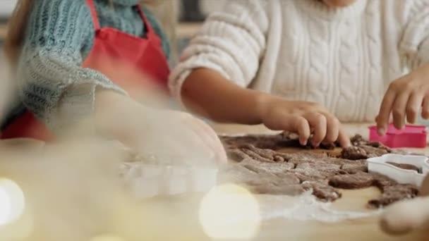 Handheld-Video von Kindern beim Ausschneiden von Lebkuchen. Aufnahme mit roter Heliumkamera in 8K.