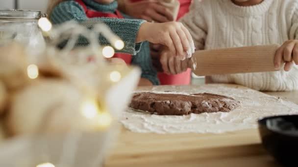 Kézi videó gyerekekről, akik mézeskalácsot sütnek. Lövés RED hélium kamerával 8K-ban.