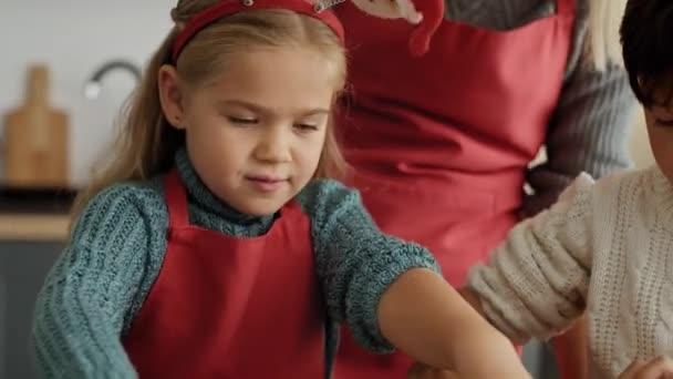 Handheld-Video von Kindern bei der Zubereitung von Gebäck für Weihnachtslebkuchen. Aufnahme mit roter Heliumkamera in 8K.