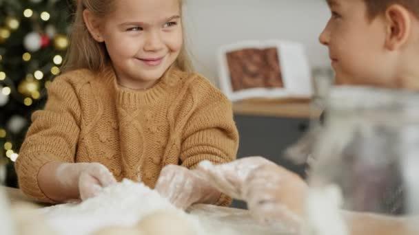 Nahaufnahme von Kindern, die Mehl auf Backbrett verwenden. Aufnahme mit roter Heliumkamera in 8K.