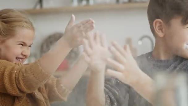 Video von spielenden Kindern in der Küche. Aufnahme mit roter Heliumkamera in 8K.