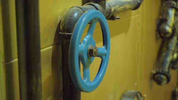 das Foto von Metallrohren für die Wasserversorgung mit Tor zum Öffnen und Schließen